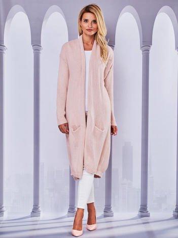 Długi otwarty sweter z kieszeniami i kopertowym karczkiem różowy