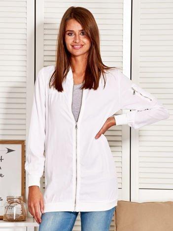 Dłuższa bluza damska o kroju bomberki biała