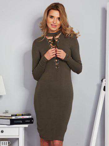 Dopasowana sukienka z chokerem i wiązaniem khaki
