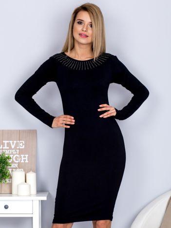 Dopasowana sukienka z dżetami przy dekolcie czarna