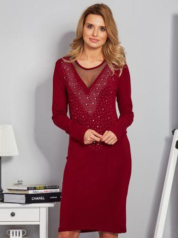 Dopasowana sukienka z ozdobnymi dżetami bordowa