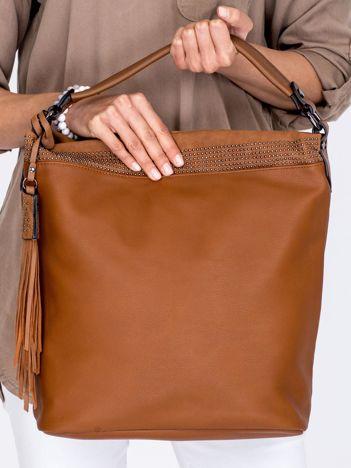 Duża brązowa torba z ozdobnym paskiem