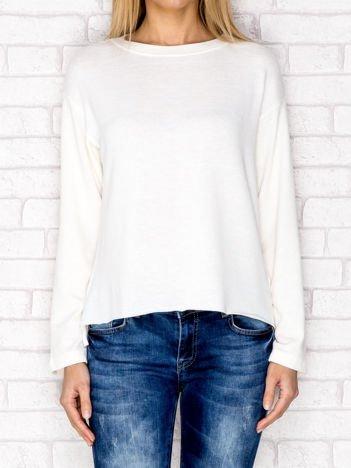 Ecru bluzka z surowym wykończeniem