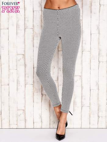 Ecru-czarne dopasowane spodnie w geometryczny wzór