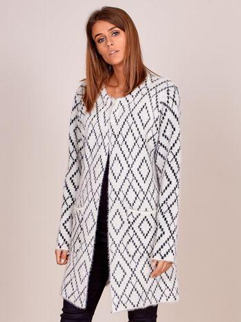 Ecru długi sweter w romby