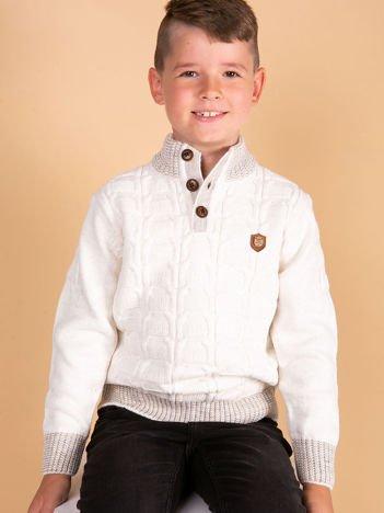 Ecru dziergany sweter dla chłopca