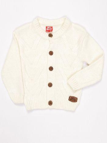 Ecru dziergany sweter dla chłopca na guziki