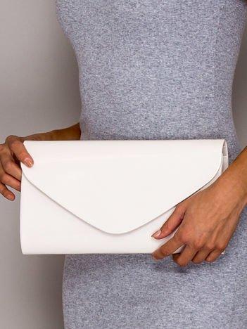 Ecru lakierowana torebka kopertówka