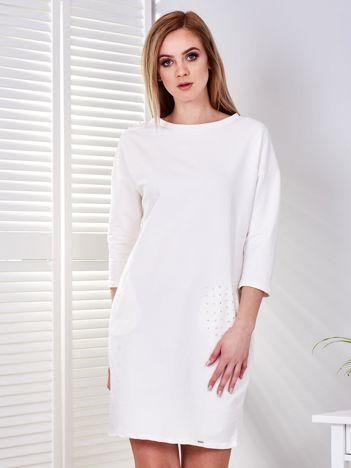 Ecru sukienka z aplikacją i kieszeniami