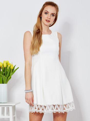Ecru sukienka z koronkowym wykończeniem