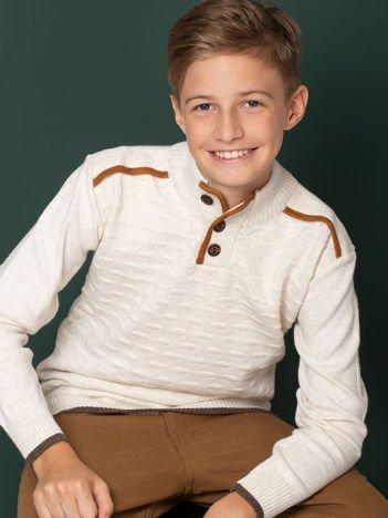 Ecru sweter dla chłopca z łatami