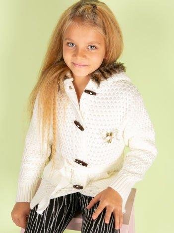 Ecru sweter dla dziewczynki z futrzanym kołnierzem
