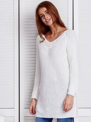 Ecru sweter z perełkami przy dekolcie