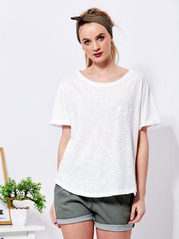 Ecru t-shirt basic z podwijanymi rękawami