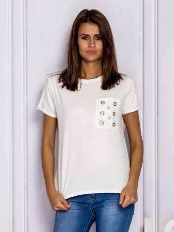 Ecru t-shirt z ażurową kieszenią