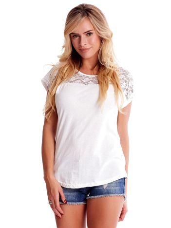 Ecru t-shirt z ażurowym dekoltem