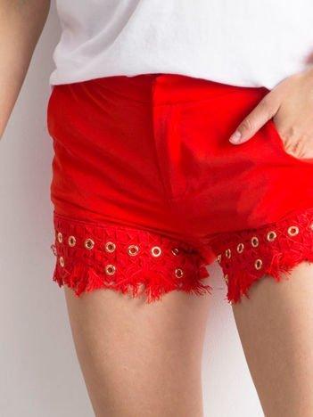 Eleganckie czerwone szorty z kieszeniami