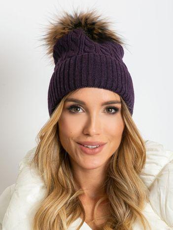 Fioletowa czapka ze ściągaczem i futrzanym pomponem