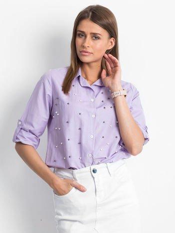 Fioletowa koszula z perełkami i podwijanymi rękawami