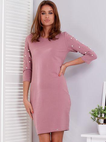 Fioletowa sukienka z perełkami na rękawach