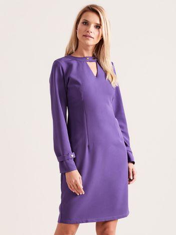 Fioletowa sukienka z wycięciem