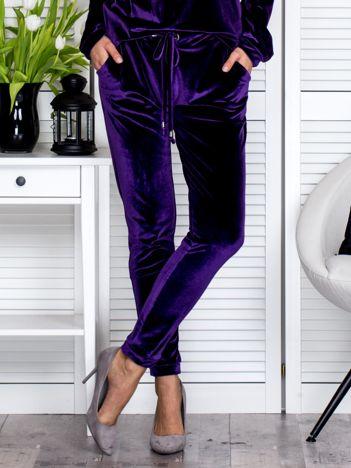 Fioletowe welurowe spodnie dresowe o prostym kroju