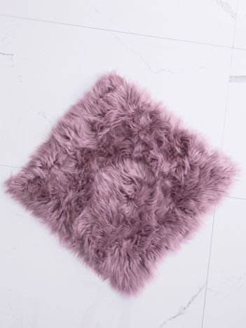Fioletowy futrzany dywan
