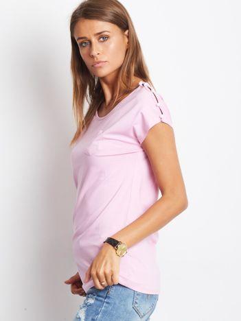 Fioletowy t-shirt z kieszonką i guzikami na ramionach