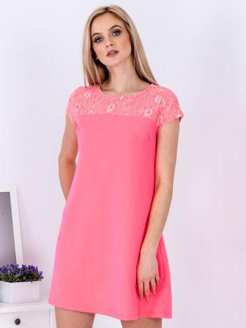 Fluo różowa trapezowa sukienka z koronkową górą