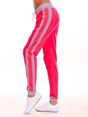 Fluo różowe spodnie dresowe z kieszeniami i lampasami