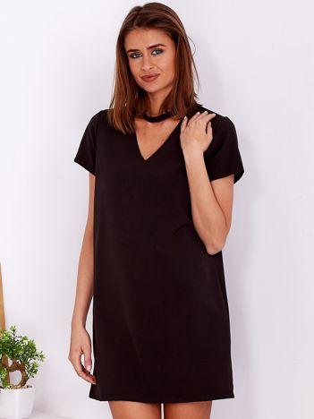 Gładka elegancka sukienka z chokerem czarna