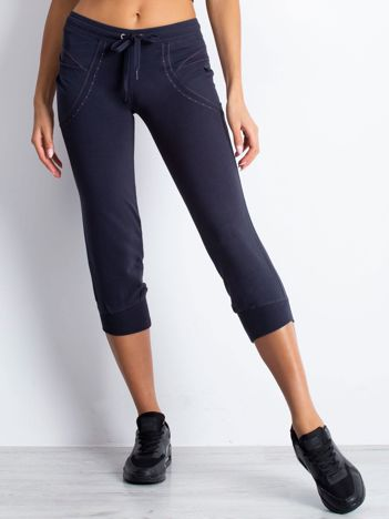 Grafitowe spodnie dresowe capri z aplikacją przy kieszeniach