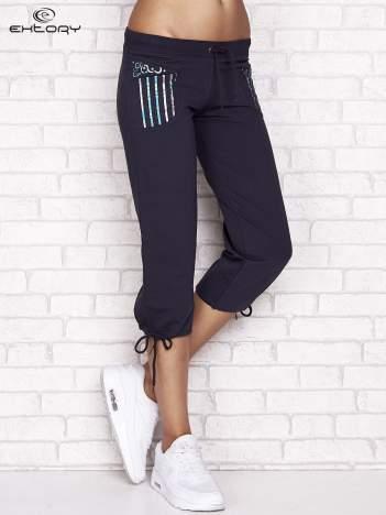 Grafitowe spodnie dresowe capri z dziewczęcymi nadrukami
