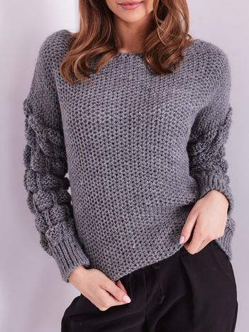 Grafitowy sweter z plecionymi rękawami