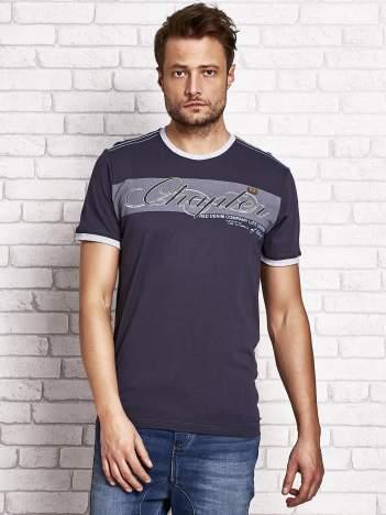 Grafitowy t-shirt męski z tekstowym nadrukiem