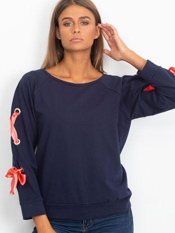 Granatowa bluza z kokardami na rękawach