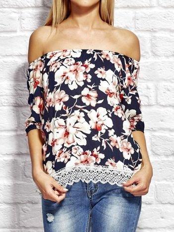 Granatowa bluzka w kwiaty z dekoltem w gumkę