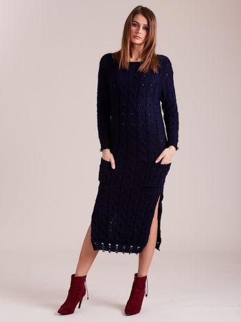 Granatowa dzianinowa sukienka w warkocze