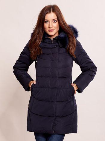 Granatowa kurtka na zimę z futrzanym wykończeniem