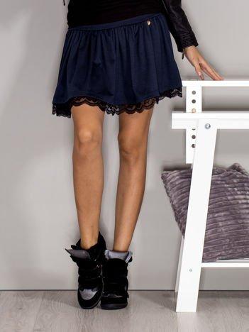 Granatowa spódnica z koronkowym wykończeniem