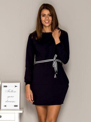 Granatowa sukienka dresowa z wiązaniem
