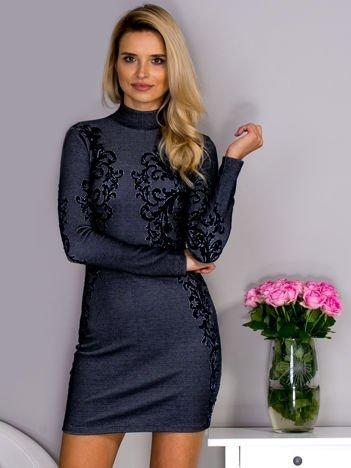 Granatowa sukienka o wypukłej fakturze