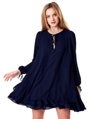 Granatowa sukienka oversize z warstwowymi falbanami