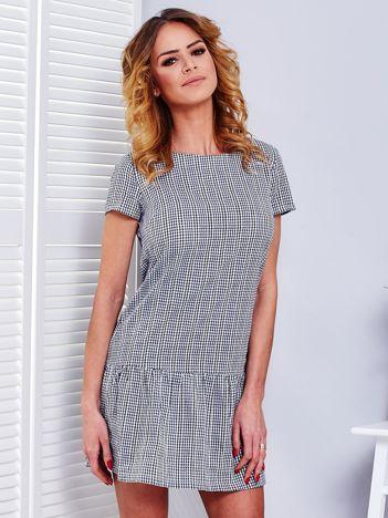 Granatowa sukienka w kratkę z szeroką falbaną