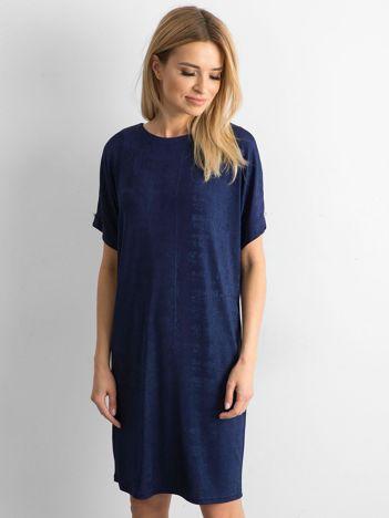 Granatowa sukienka z delikatnym połyskiem
