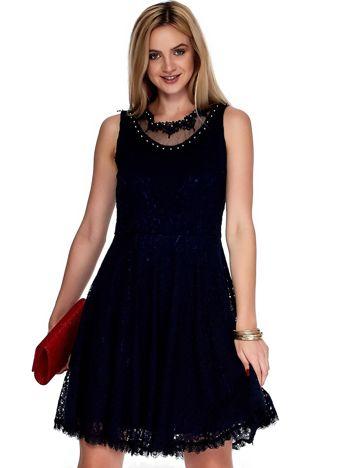 Granatowa sukienka z koronki z perełkami
