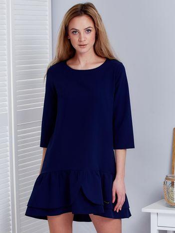 Granatowa sukienka z warstwową falbaną