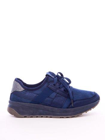 Granatowe buty sportowe z brokatową wstawką na tyle cholewki