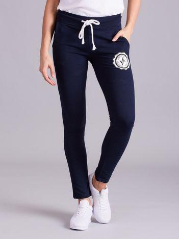 Granatowe damskie spodnie dresowe z troczkami