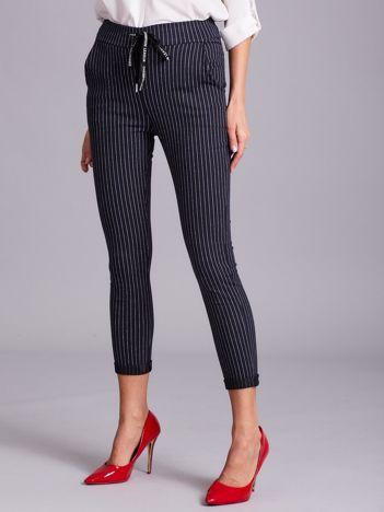 Granatowe damskie spodnie w paski